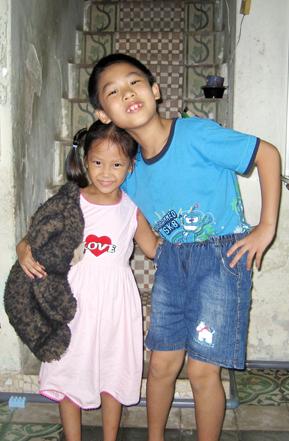 Quỳnh Chi bên trái cùng anh trai. Ảnh: Hải Đăng